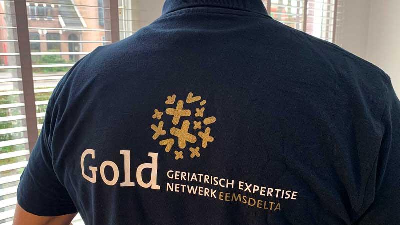Logo ontwerp Gold, geriatrisch expertise netwerk Eemsdelta bedrukt op een polo
